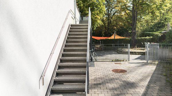 Wildwasser Stuttgart e.V. Unten im Gebäude befindet sich eine Kita. Sie gehen rechts am Gebäude vorbei nach hinten, dort befindet sich eine Treppe, die in den ersten Stock zur Beratungsstelle führt.